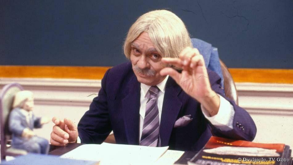 Professor Raimundo fazendo sinal de salário pequeno.